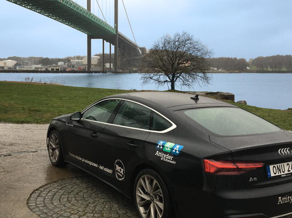 Bild på Attityder och Arbetssätt strajpad bil. Audi A5